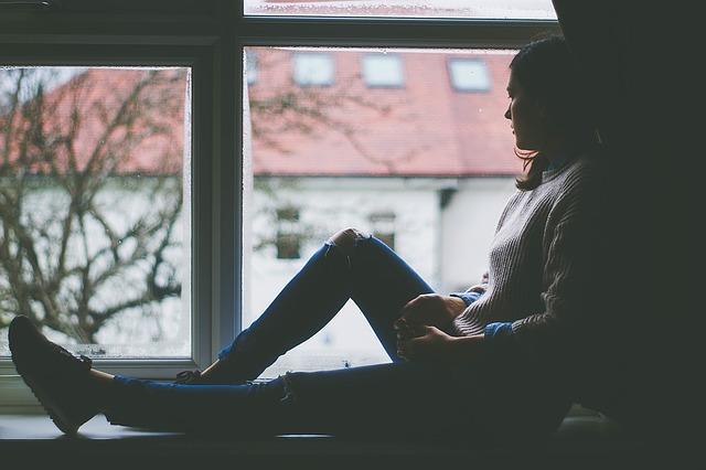 smutná dívka na okně